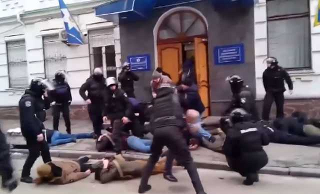 Ukrayna'da radikal milliyetçiler polis karakoluna saldırdı