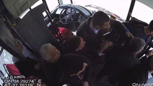 Minibüs şoförü ile yolcu arasındaki yumruklu kavga kamerada