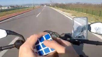 Bursa'da bir motosiklet sürücüsü, trafikte seyir halindeyken rubik küpü çözdü. Çılgın motosikletli,