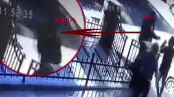 Kadıköy´de bir kediye vurarak duvardan düşüren kişiye tepki gösteren genç saldırıya uğradı. Olay anı