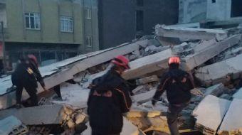 Mersin´in Mevlana Mahallesi 101067 sokakta bulunan 5 katlı bir bina çöktü. Olay yerine çok sayıda it