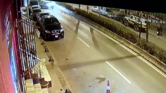 Bayrampaşa´da hızla ilerleyen otomobil, caddeye çıkan otomobile çarparak savruldu. Çevredeki 2 aracı