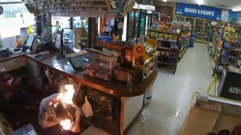ABD´de silahlı bir soyguncu, kasasını boşalttığı marketin bir kadın çalışanı ile kadın müşterisini