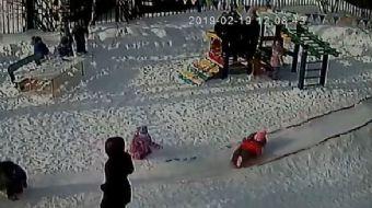 Rusya´da bir çocuk, anaokulunun parkında oynadığı sırada montunun şapkası bir oyuncağa takıldı. Ana