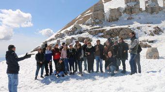 Güneşin doğuşunun ve batışının en güzel izlendiği yer' olarak bilinen Nemrut Dağı, yoldaki kar temiz
