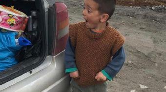 Kars'ta bir aracın bagajın oyuncakları gören küçük Mirza'nın yüzündeki mutluluk hem duygulandırdı he