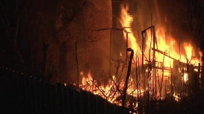 Ankara'da çıkan yangında bir gecekondu kullanılamaz hale geldi
