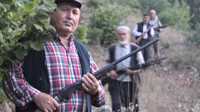 Bursa'da köylüler tarlalarını talan eden domuzlara karşı silahla nöbet tutuyor