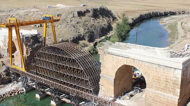 Adıyaman'daki bin 800 yıllık köprü yeniden birleşiyor