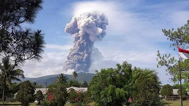 Deprem ve tsunaminin ardından Endonezya'da yanardağ patlaması meydana geldi