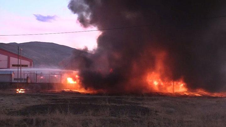Muş'ta lastik deposunda korkutan yangın çıktı