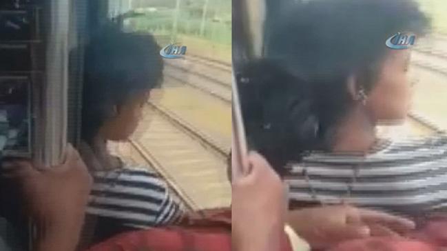 Hindistan'da trenden sarkan kızı yolcular son anda parçalanmaktan kurtardı