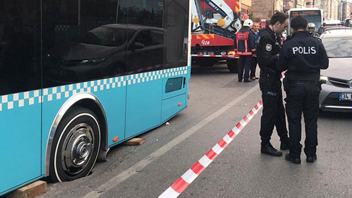 Kadıköy Rıhtım'da yol çöktü, özel halk otobüsü mahsur kaldı