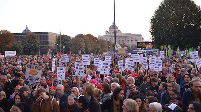 Avusturya'da binlerce gösterici, aşırı sağcı hükümeti protesto etti