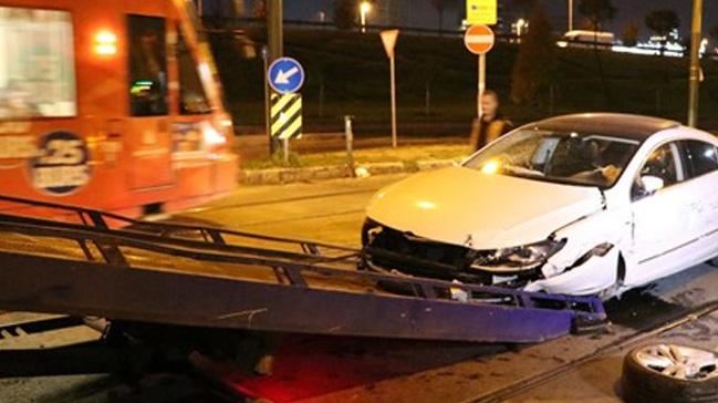 Cevizlibağ'da otomobil tramvaya çarptı