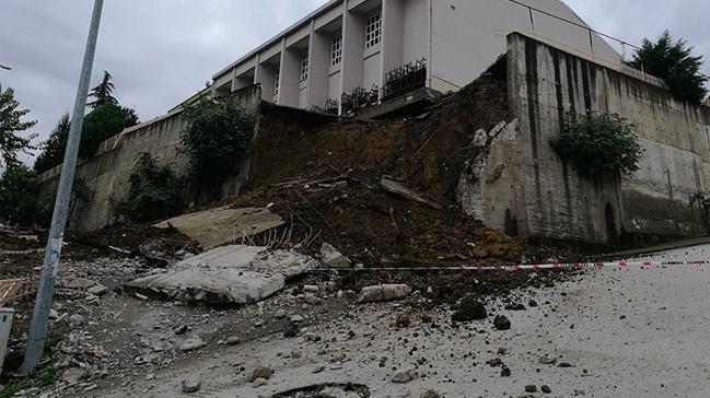 Ordu'nun Altınordu İlçesinde bir lisenin spor salonun istinat duvarı çöktü