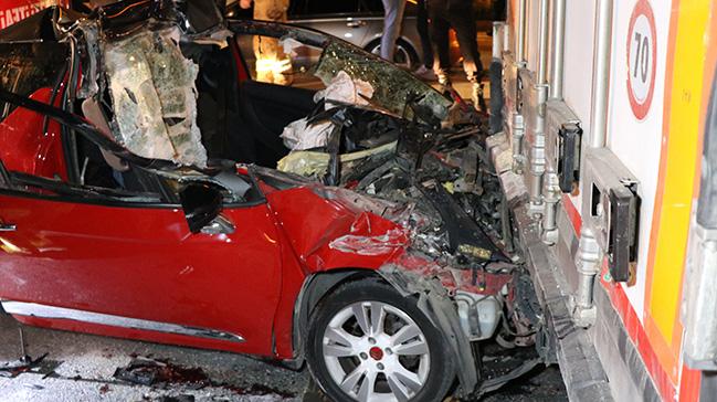 Pendik'te kontrolden çıkan otomobil park halindeki TIR'ın altına girdi: Ölü ve yaralılar var