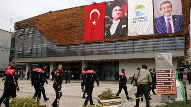 Adana'nın merkez Çukurkova Belediyesi'nde silah sesleri: Yaralılar var