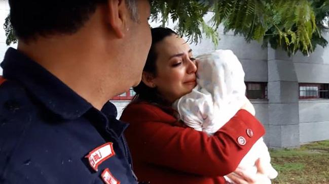Adana'da otomobilde mahsur kalan 6 aylık bebek kurtarıldı