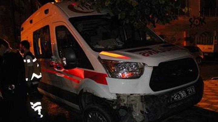 Ambulansla otomobilin çarpışması sonucu 1 kişi yaralandı