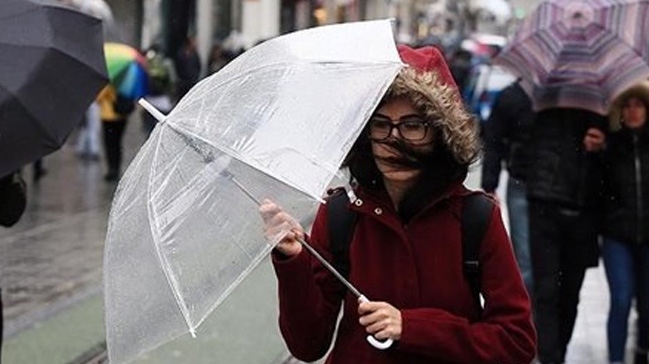 İstanbul'da sağanak yağmur ve şiddetli rüzgar etkili oluyor