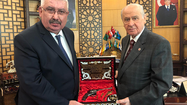 Atatürk'ün beylik tabancası olarak kullandığı 'hareketli Nagant' MHP Lideri Bahçeli'ye hediye edildi