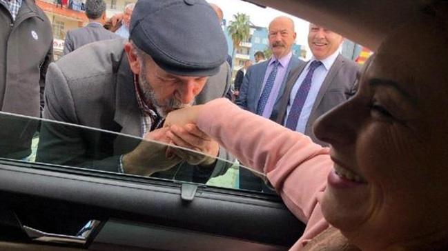 CHP'li vekil yaşlı bir vatandaşa elini öptürdü