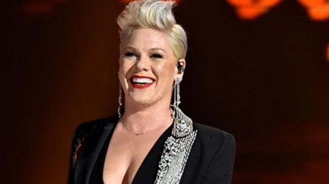 Grammy'den eli boş dönen Pink, kızının kendisi için yaptığı ödülün fotoğrafını paylaştı
