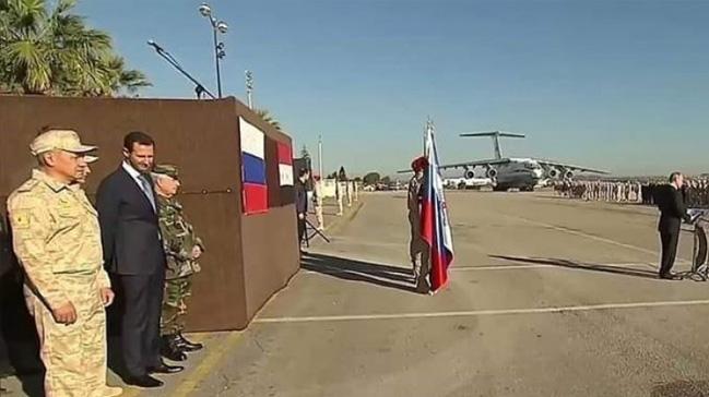 Putin'in Suriye ziyaretinde çekilen fotoğraf karesi tartışma konusu oldu
