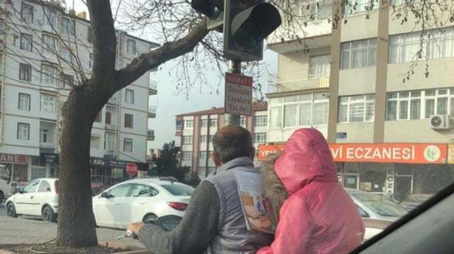 Kayseri'de trafikte motosiklette kitap okuyan çocuk dikkat çekti