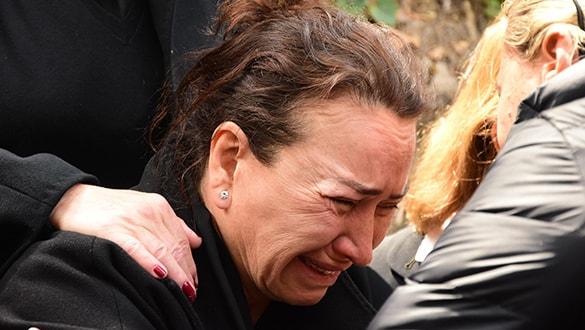 Zafer Çika'nın cenazesinde Demet Akbağ'ın gözyaşları