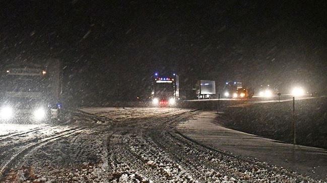 Tendürek Geçidi'nde kar yağışı ve tipi nedeniyle çok sayıda araç mahsur kaldı