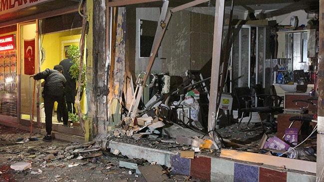 Fatih'te lüks otomobil binanın kolonuna çarptı: 1'i ağır 3 yaralı