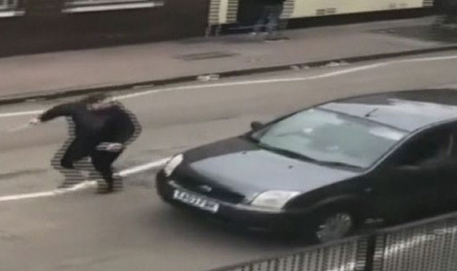 Londra'da bir grup, cami önünde bekleyen Müslüman gruba çekiç ve sopalarla saldırdı