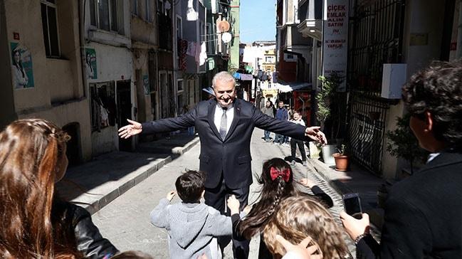 Binali Yıldırım,  Beyoğlu'nda büyüdüğü sokağı ziyaret etti