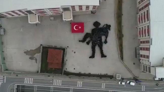Binlerce beğeni yağdı Öğrenciler bedenleriyle 'Mehmetçiğe Saygı Anıtı' oluşturdu