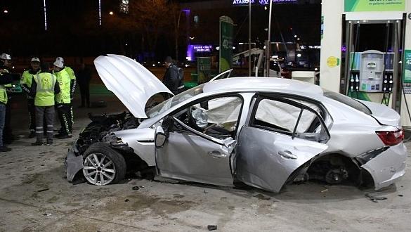 Başkent'te önündeki araca çarpan alkollü sürücü benzinliğe girdi: 1'i ağır 4 yaralı