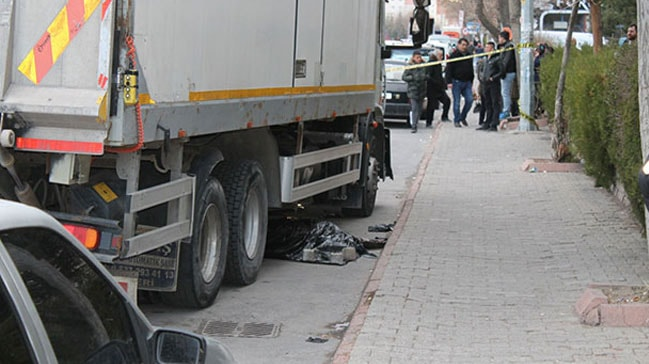 Kayseri'de el freni çekilmeyen kamyon, hareket ederek yayayı ezdi