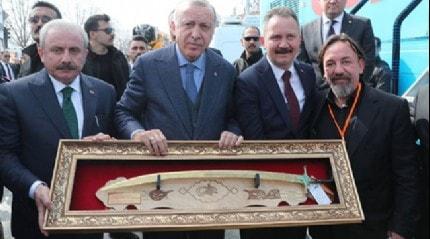 Cumhurbaşkanı Erdoğan'a Kanuni kılıcı hediye edildi